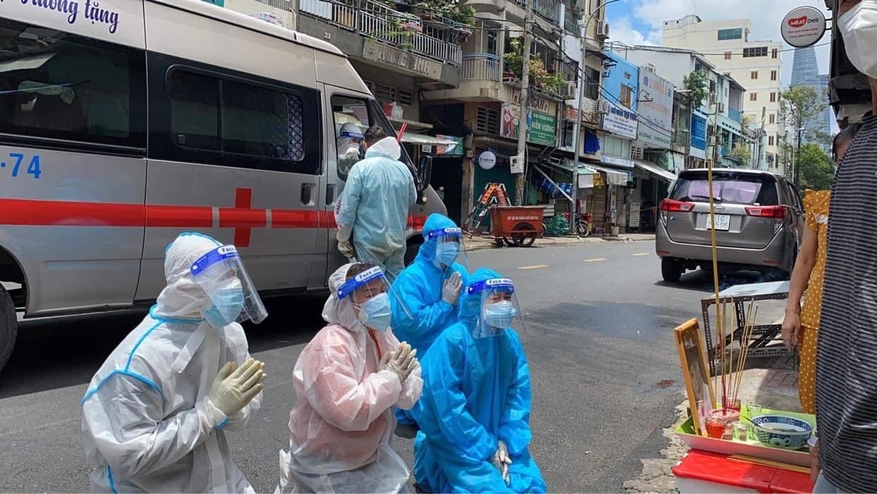 Nghệ sĩ Bình Tinh khóc ngất, tiễn mẹ Bạch Mai về nơi an nghỉ