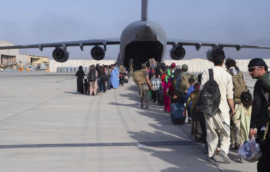 Máy bay Italia bị nhắm bắn khi rời sân bay Kabul