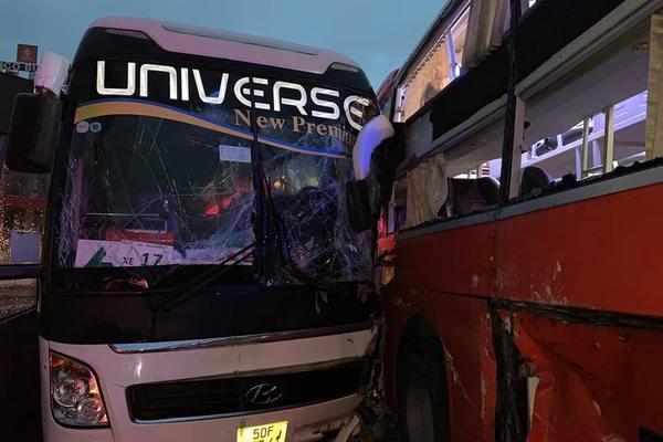 Xe khách chở 6 nhân viên y tế gặp nạn ở trung tâm TP.HCM
