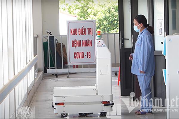 Robot Make in Vietnam vận chuyển thức ăn, đồ dùng cho bệnh nhân Covid-19