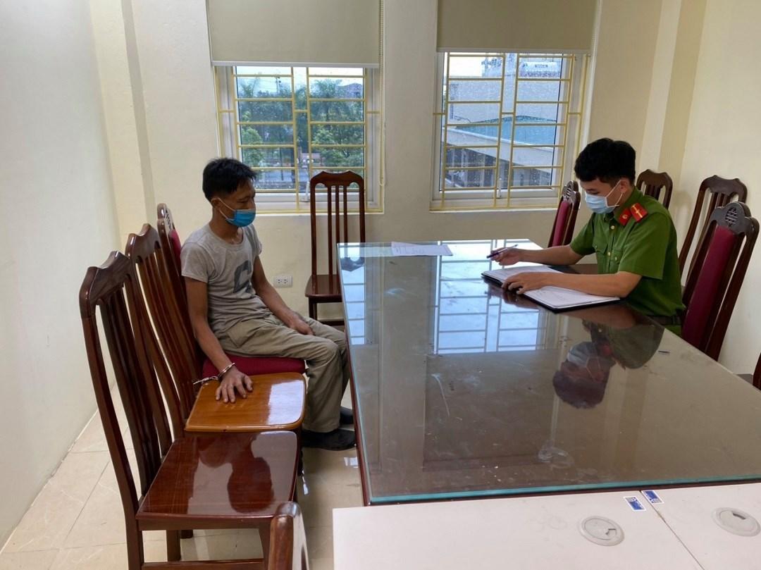 Tạm giữ thanh niên ở Hà Nội cầm dao đuổi cán bộ chốt kiểm dịch