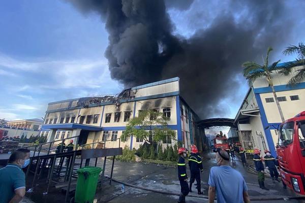 Trung tá cảnh sát PCCC bị thương khi dập đám cháy rộng nghìn m2