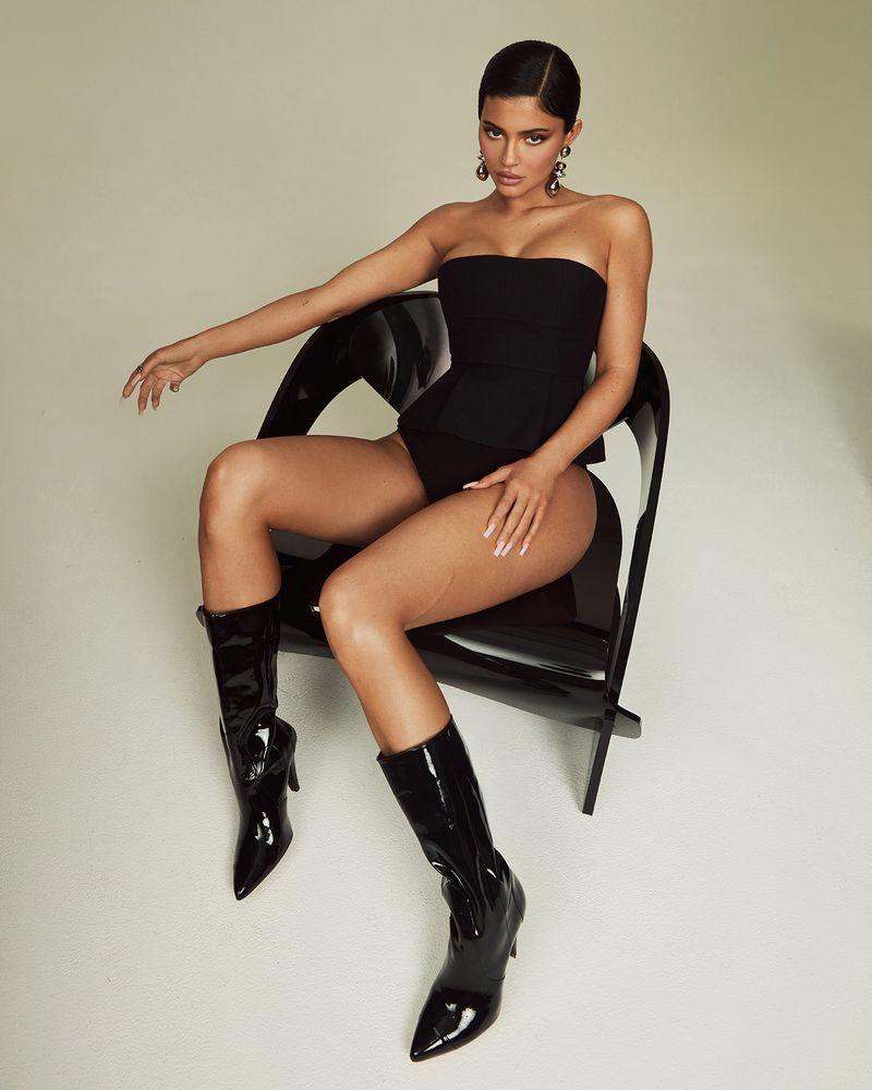 Siêu mẫu Kylie Jenner diện nội y khoe vòng 1 bốc lửa
