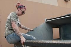 Bà mẹ 4 con kiếm ngàn đô mỗi tuần nhờ bới rác