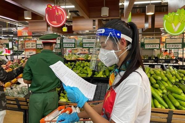 Nghệ sĩ và bộ đội đi siêu thị hộ người dân TP.HCM