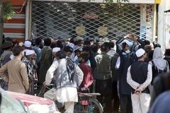 Không rút được tiền, người Afghanistan biểu tình trước cửa ngân hàng