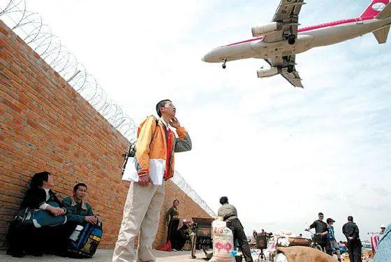 Cậu bé 'đu càng' máy bay sống sót kỳ diệu 17 năm trước giờ ra sao?