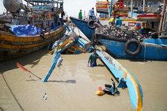 Mưa lũ lớn nhấn chìm hàng chục tàu thuyền ở Bình Thuận