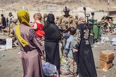 Taliban cho người Afghanistan di tản, ông Biden đón thi thể lính Mỹ tử nạn ở Kabul