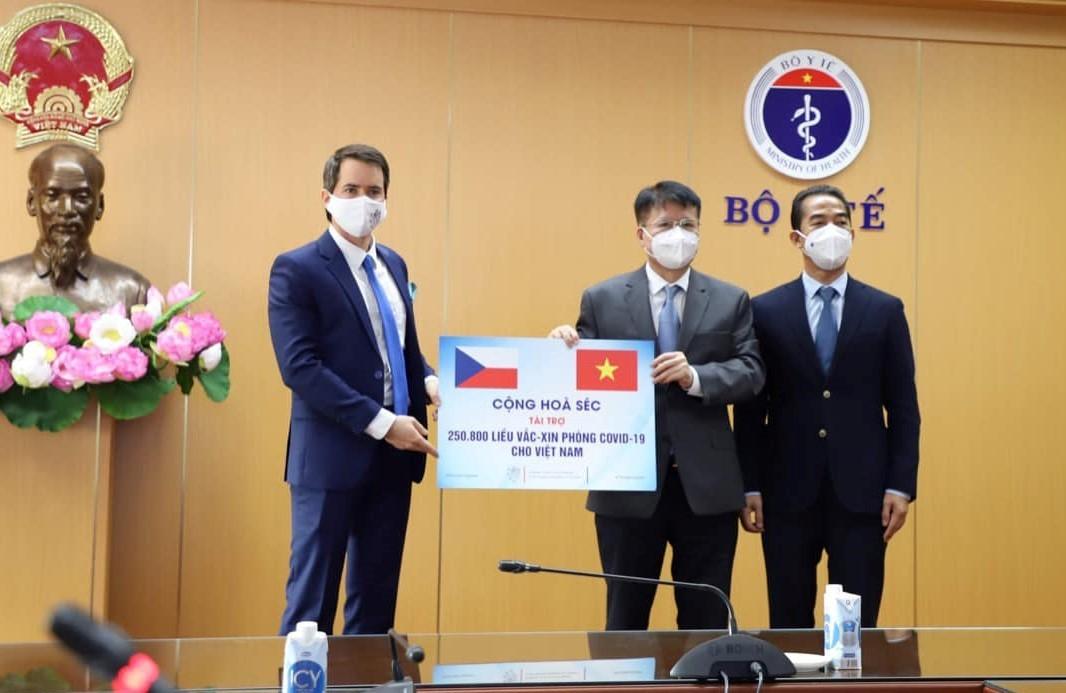 Việt Nam tiếp nhận hơn 250.000 liều vắc xin Covid-19 CH Séc trao tặng