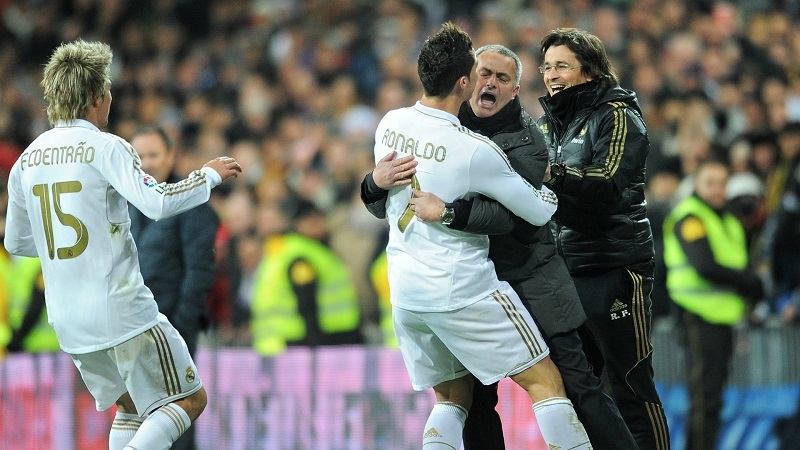 Ronaldo xong kiểm tra y tế MU, Mourinho nói đáng 'đồng tiền bát gạo'