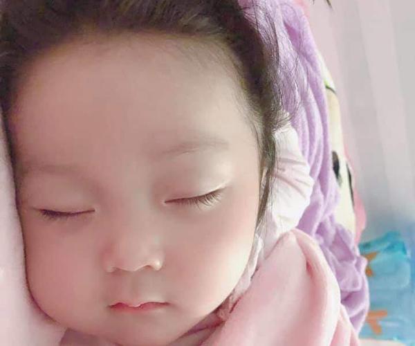 Con gái út xinh yêu gây sốt của Lâm Chấn Khang và Kim Jun See