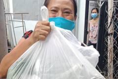 """Niềm vui giản dị của những người lao động """"mắc kẹt"""" tại Sài Gòn"""
