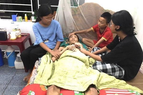 Chồng tai nạn sống thực vật, vợ khẩn cầu xin giúp con thơ được đi học