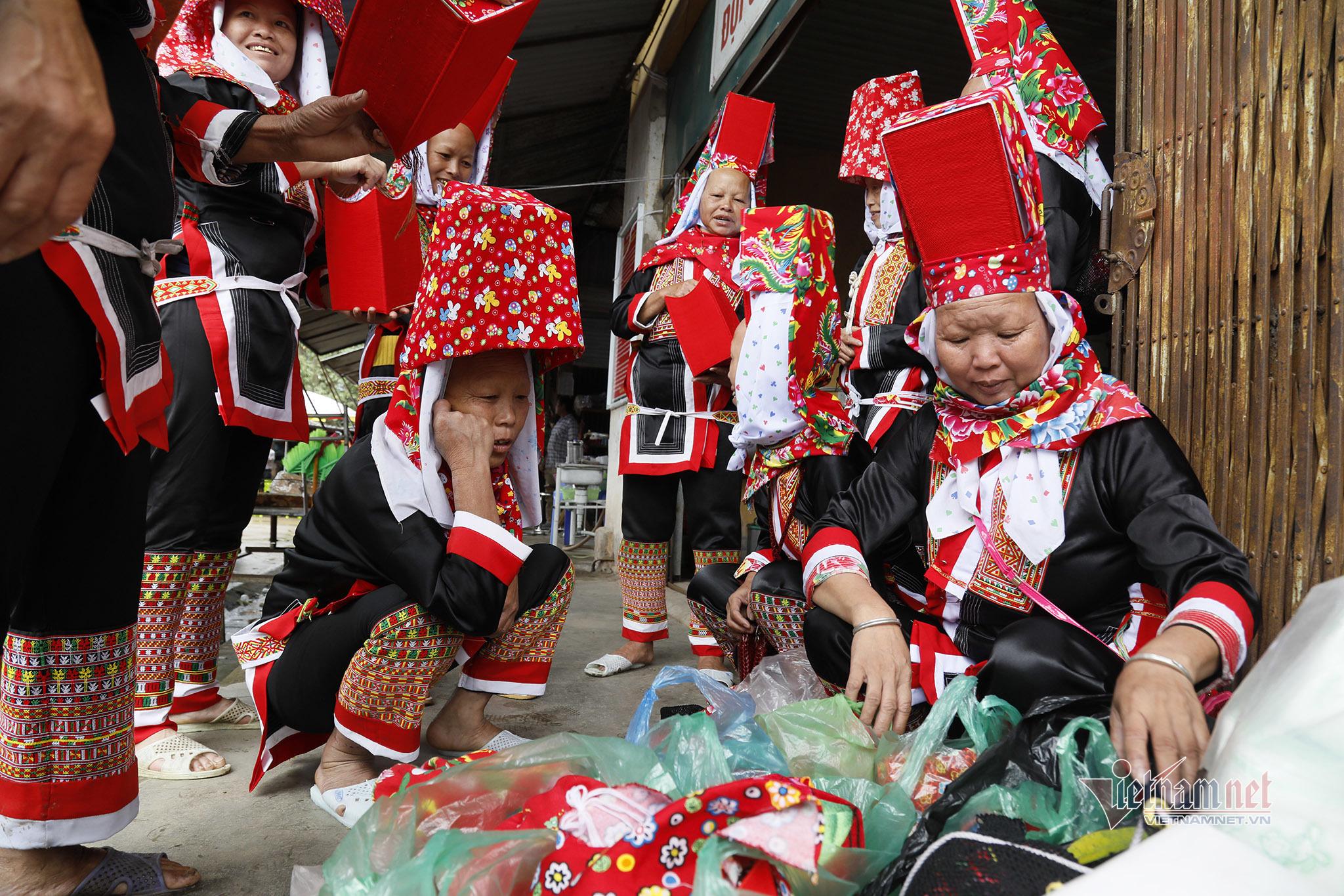 Vẻ đẹp trang phục của phụ nữ Dao Thanh Phán ở Bình Liêu
