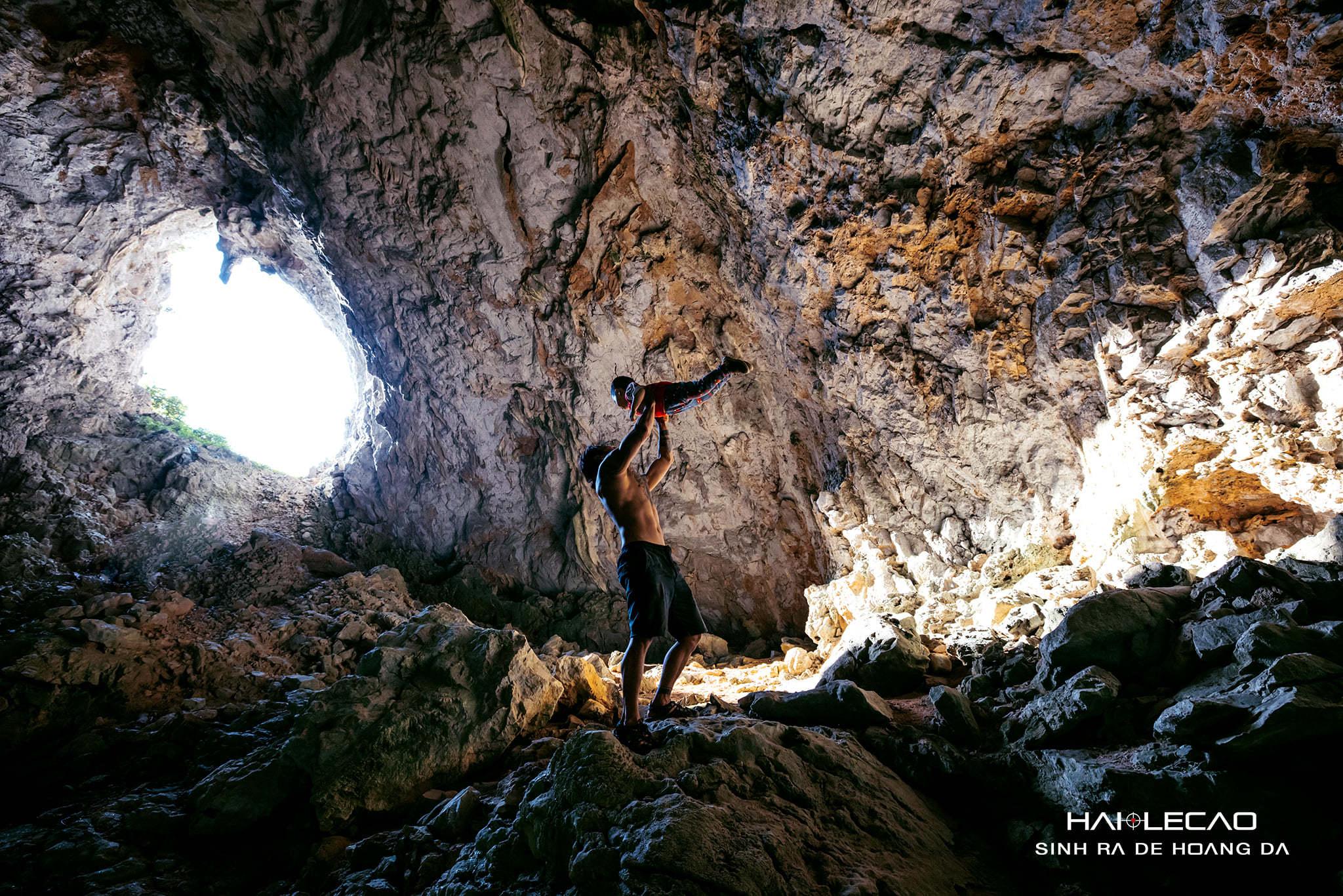 Cậu bé 22 tháng tuổi cùng bố trèo đá, bám vách chinh phục hang động Cát Bà