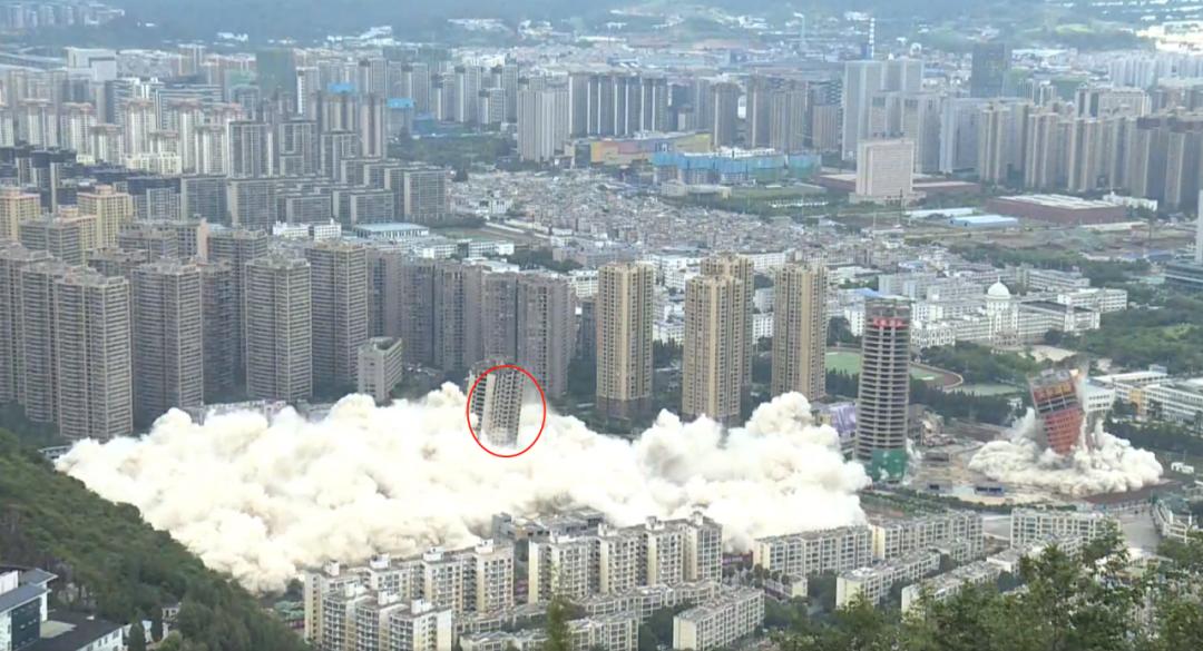 Giật sập 15 tháp chung cư bỏ hoang trong tích tắc, bụi bốc cao mù mịt