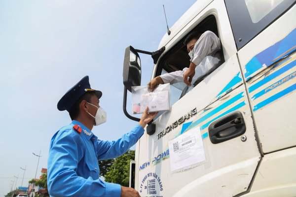 Hàng loạt xe lợi dụng luồng xanh dừng đỗ giao hàng bị xử phạt