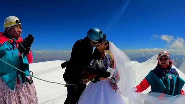 Đám cưới trên đỉnh núi cao 6.400m