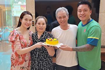 Tuấn Hưng hạnh phúc bên vợ chủ tịch xinh đẹp và người thân