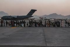 Taliban hộ tống người Mỹ rời Afghanistan theo thỏa thuận ngầm