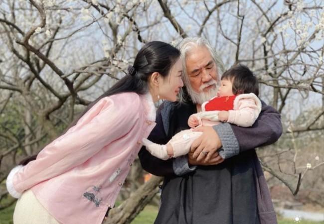 Tuổi 70, 'Vua phim cổ trang' Trương Kỷ Trung yêu chiều vợ đáng tuổi con