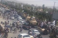 Taliban mang khí tài Mỹ đi diễu hành