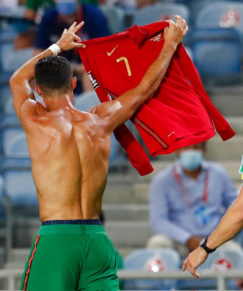 Ronaldo đi vào lịch sử, Bồ Đào Nha thắng siêu kịch tính