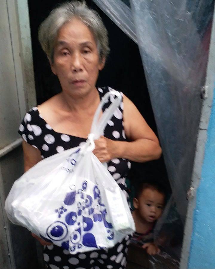 Giọt nước mắt vui của người bà 70 tuổi nuôi cháu 17 tháng trong xóm trọ Sài Gòn