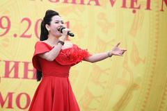 Lương Nguyệt Anh hát mừng ngày Quốc khánh Việt Nam tại Nga