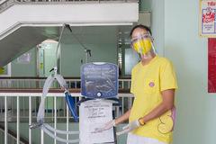 Hoa hậu H'Hen Niê trao máy thở cho Bệnh viện Chợ Rẫy