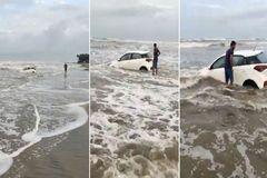 """Lái Hyundai i20 đi dạo biển bất ngờ bị thủy triều """"nuốt"""" mất xe"""