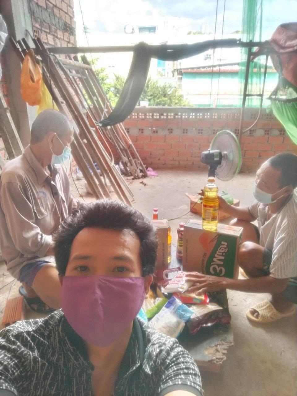 Nhóm thợ xây mắc kẹt 3 tháng ở TP.HCM đã nhận quà bạn đọc hỗ trợ