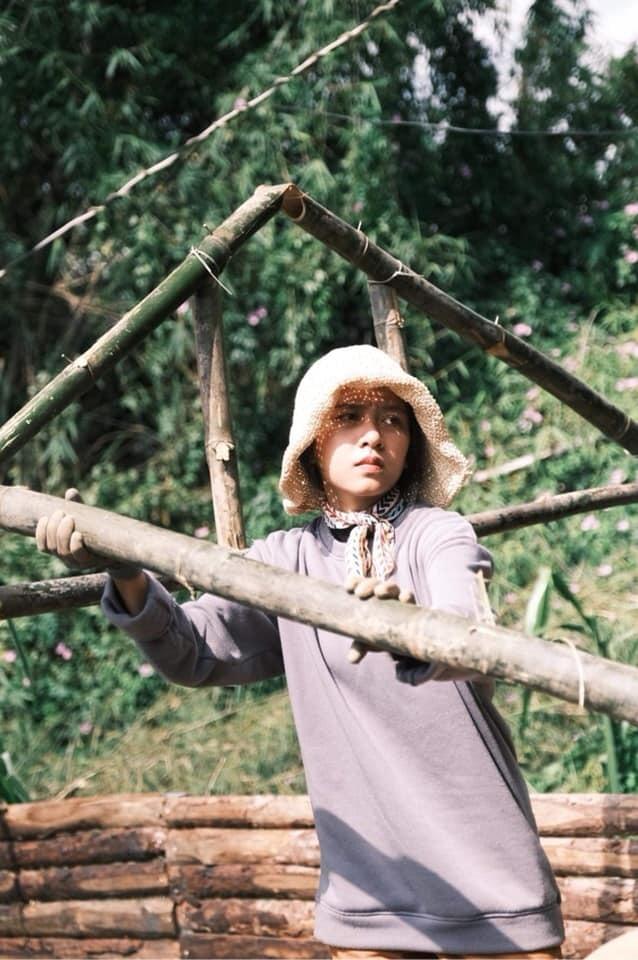 Mê Đà Lạt, cô gái xinh đẹp bỏ việc về phố núi làm nhà gỗ, hái nấm rừng