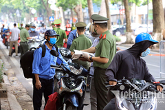 More checkpoints set up to tighten Covid-19 control in Hanoi's hotspots
