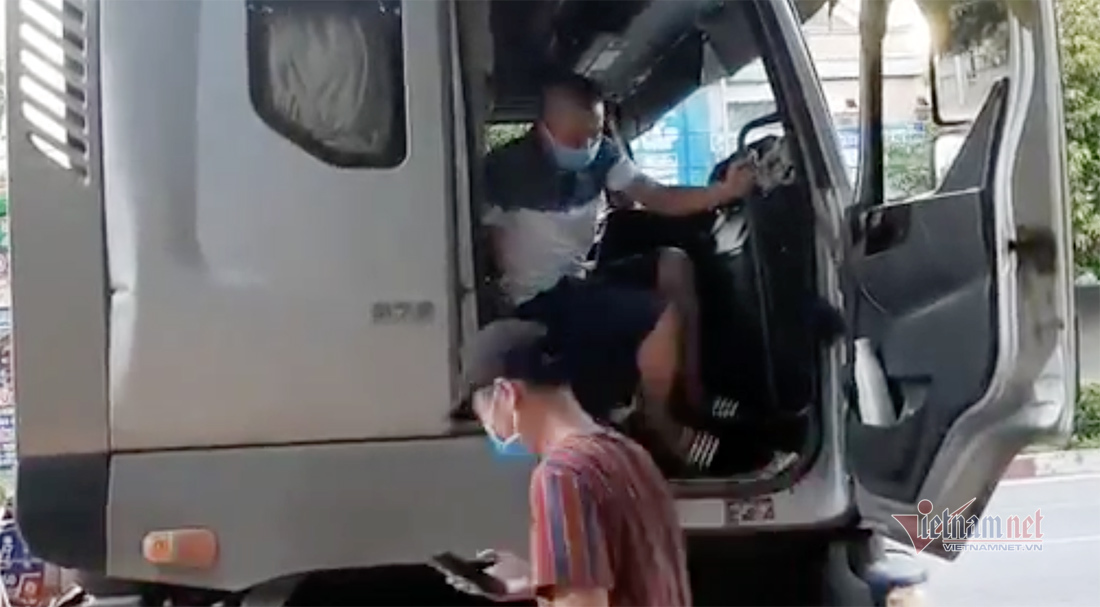 Phát hiện tài xế chở 6 người chen chúc trong cabin xe đầu kéo để rời vùng dịch