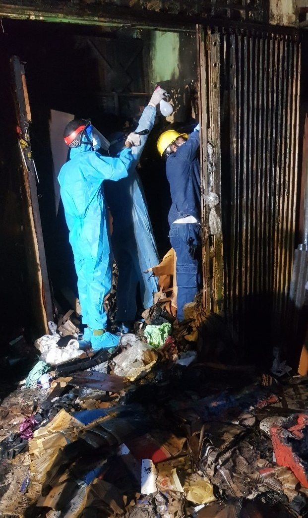Cứu cụ bà bị ngạt khói trong căn nhà bốc cháy giữa trung tâm TP.HCM