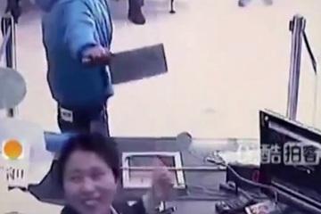 """Đang cướp ngân hàng vẫn dừng để """"buôn"""" điện thoại"""
