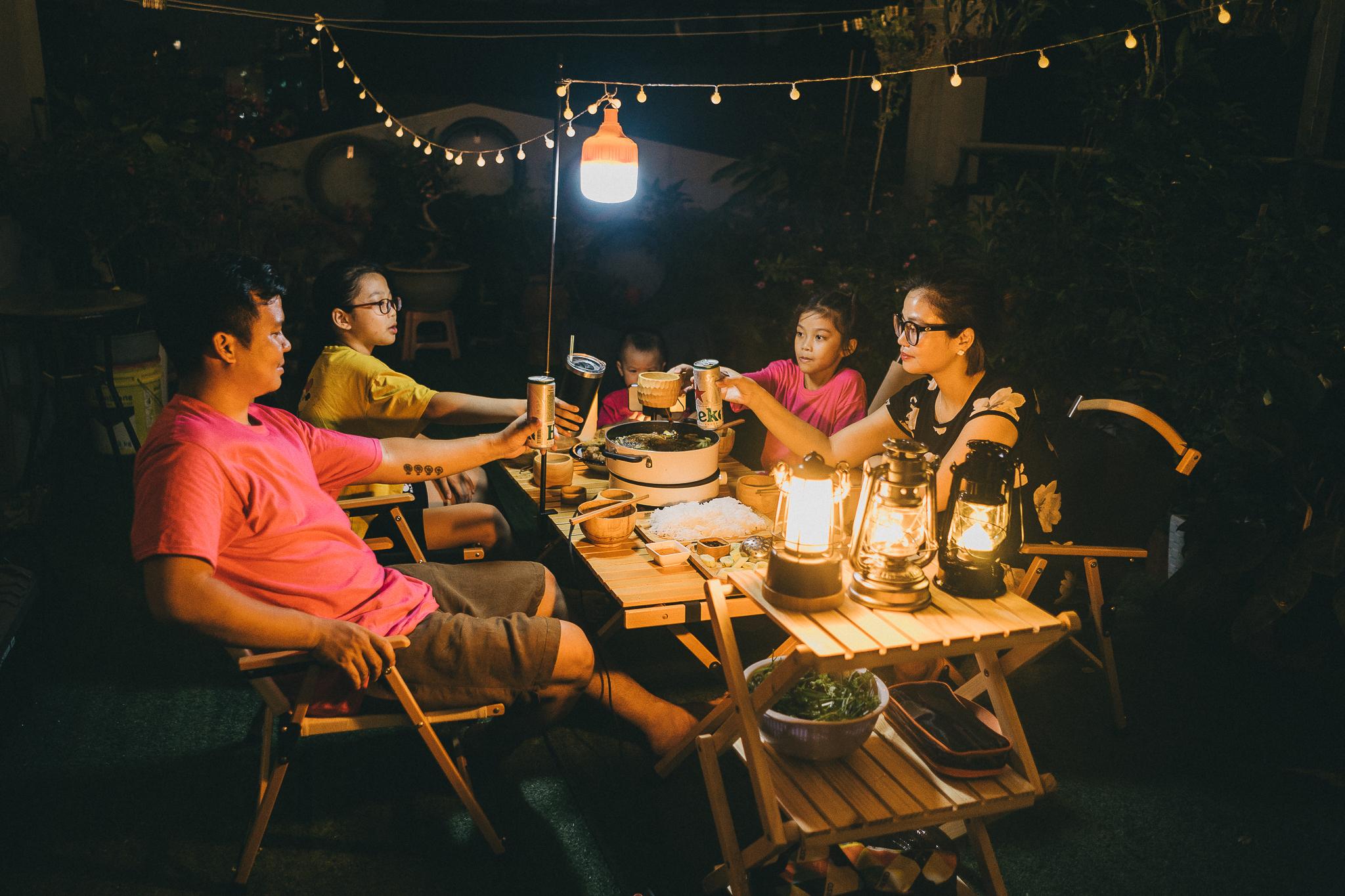 Bố Hà Nội dựng lều, 'xây' bể bơi làm tour du lịch 'nóc nhà' cho con