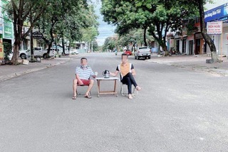 Xử phạt 2 người ở Gia Lai kê bàn giữa đường uống trà rồi đăng Facebook