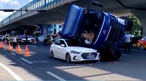 Vào cua ẩu, xe tải lật đè bẹp ô tô con