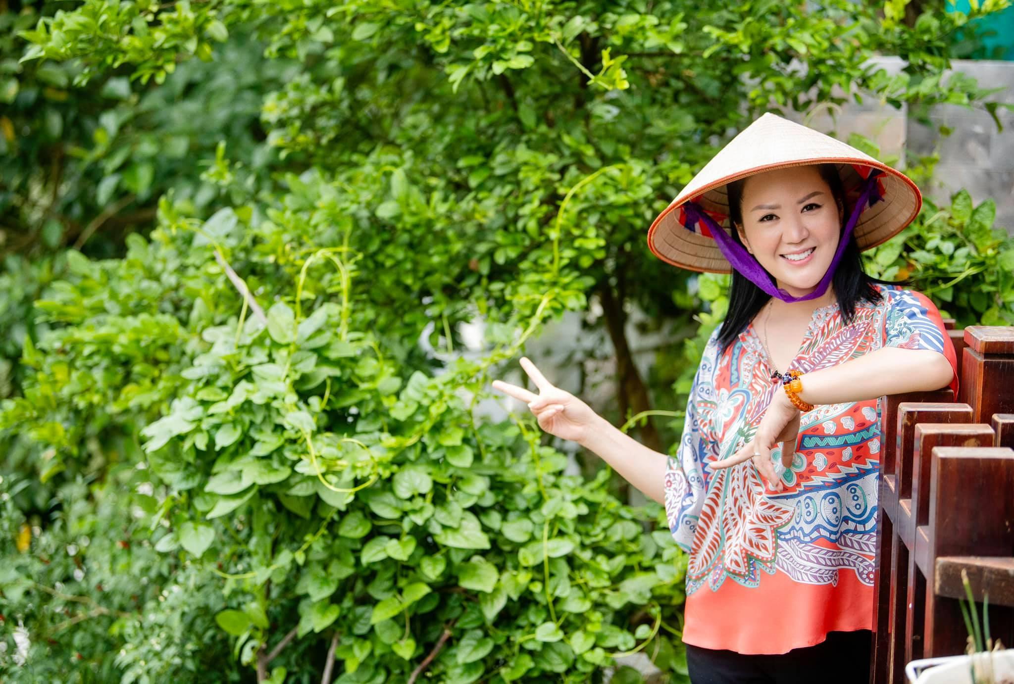 Tuổi 51, diva Hồng Nhung trẻ trung và sành điệu