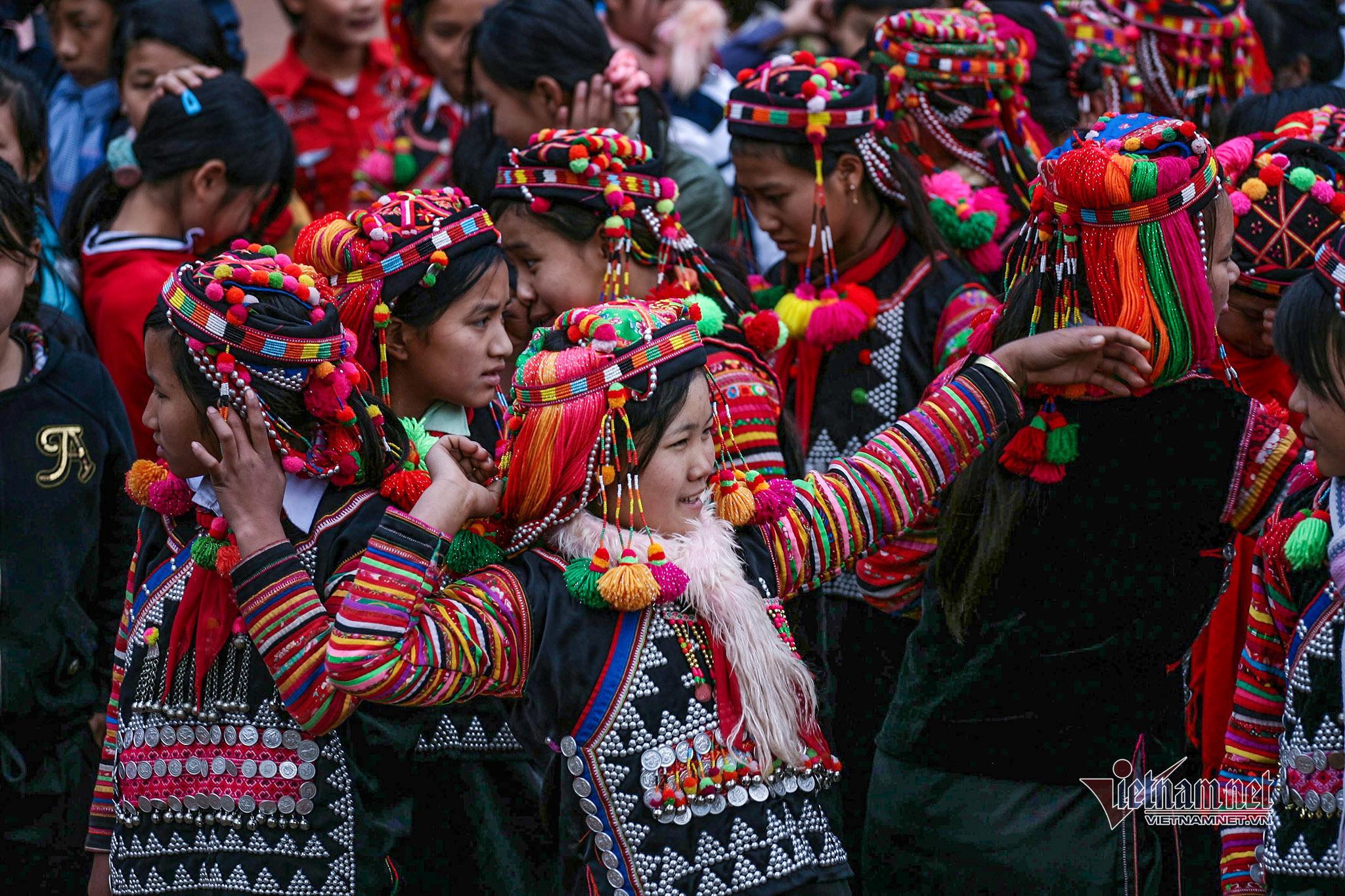 Nét riêng, độc đáo trong trang phục của người Hà Nhì