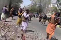 Taliban bắn chỉ thiên giải tán người biểu tình ở Kabul