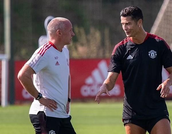 Ronaldo tươi rói tập buổi đầu tiên sau khi tái hợp MU