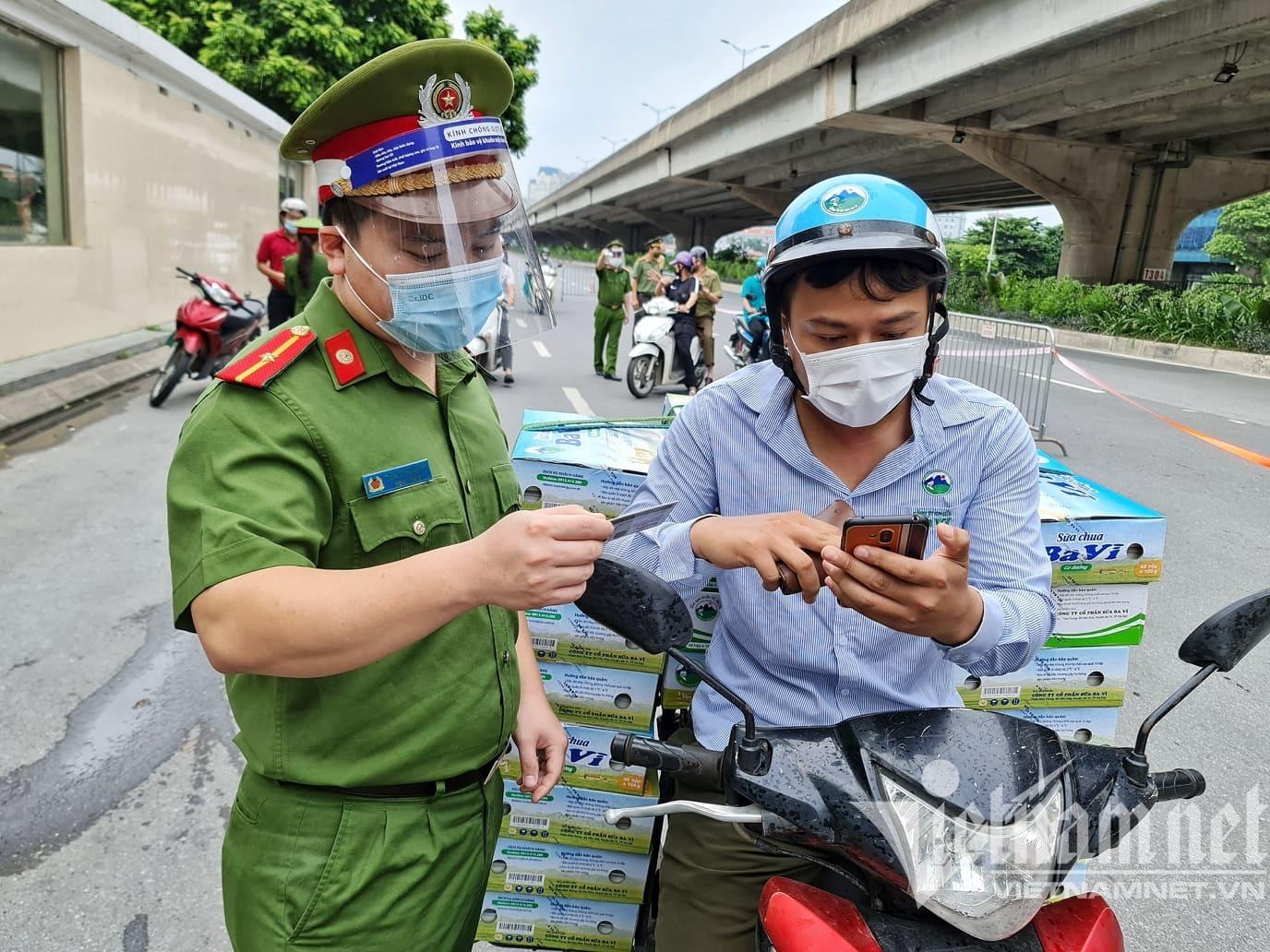 Hình ảnh Hà Nội ngày đầu kiểm tra giấy đi đường mẫu cũ và mới