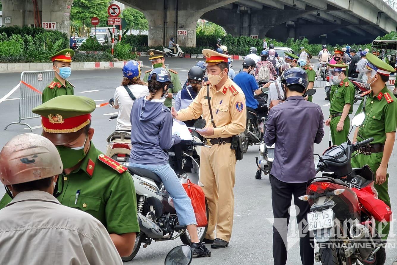 Thủ tướng yêu cầu Hà Nội điều chỉnh bất cập về cấp giấy đi đường