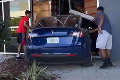 Thử lái Tesla Model Y gần 100km/h, thanh niên mất lái, đâm vào nhà kho