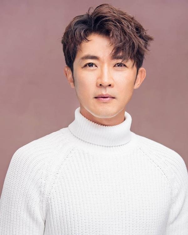 'Hoàng tử' Ahn Jae Wook tuổi 50: Hạnh phúc bên vợ đẹp và 2 con