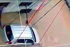 Buộc xe bằng dây thừng để tránh bị lũ cuốn trôi